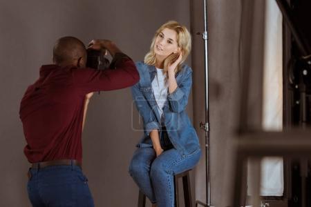 Foto de Hermosa mujer caucásica posando mientras fotografía de toma del fotógrafo americano africano en estudio - Imagen libre de derechos