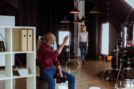 Photo pour Photographe afro-américaine salutation caucasien modèle avant photoshoot en studio - image libre de droit