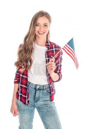 Photo pour Heureux attrayant fille tenant drapeau américain et souriant à la caméra isolé sur blanc - image libre de droit
