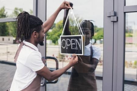 Photo pour Café-restaurant africain-américain propriétaire avec signe ouvert - image libre de droit