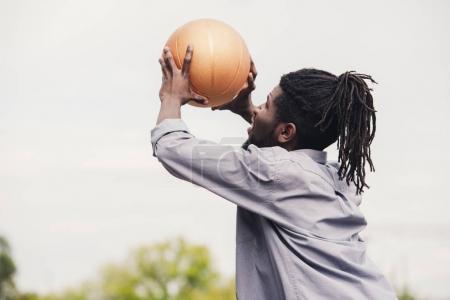 Foto de Hombre del afroamericano de formación y lanzamiento de pelota de baloncesto - Imagen libre de derechos