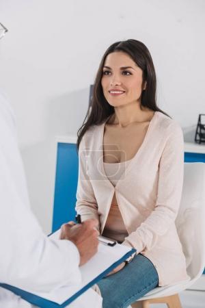 Cropped image de séduisantes femmes patient parler avec docteur