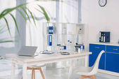 table avec chaises et étagères avec documents au lieu de travail à l'hôpital