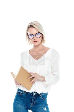 Photo pour Belle blonde élégante fille dans des lunettes livre de lecture, isolé sur blanc - image libre de droit