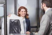 """Постер, картина, фотообои """"Химчистка директор холдинга мешок одежды для клиента"""""""