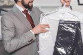"""Постер, картина, фотообои """"обрезанные выстрел бизнесмена, холдинг пластиковый мешок чистой одежды"""""""