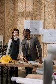 jeunes architectes travaillent ensemble au bureau de style décorées avec du contreplaqué
