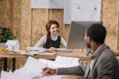 jeunes architectes travaillent ensemble au bureau moderne