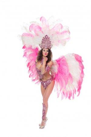 Photo pour Femme posant en costume de carnaval avec des plumes roses soufflant baiser, isolé sur blanc - image libre de droit