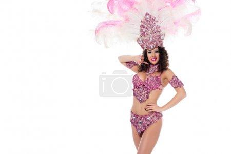 Photo pour Femme gaie en costume de carnaval avec des plumes roses isolées sur blanc - image libre de droit