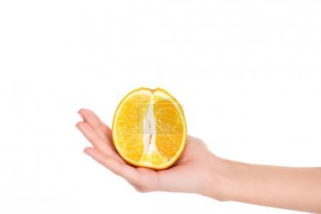 Photo pour Gros plan vue partielle de la femme tenant la moitié des frais orange mûre isolé sur blanc - image libre de droit