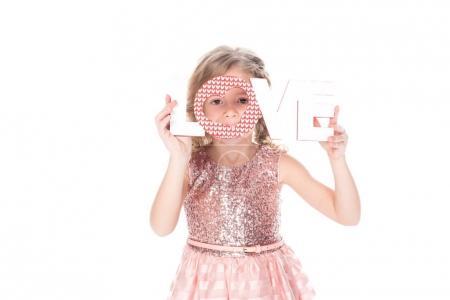 Photo pour Adorable enfant tenant le symbole de l'amour pour la Saint Valentin, isolé sur blanc - image libre de droit