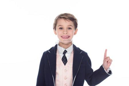 Photo pour Petit garçon souriant ayant idée et pointant vers le haut, isolé sur blanc - image libre de droit