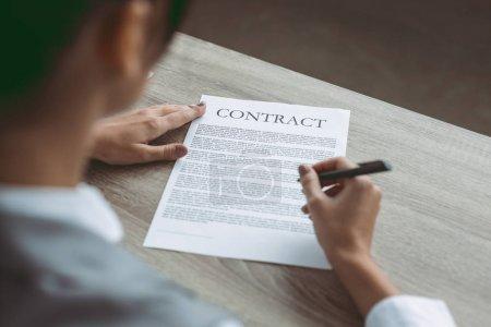 Photo pour Cropped image de femme d'affaires, signature du contrat - image libre de droit