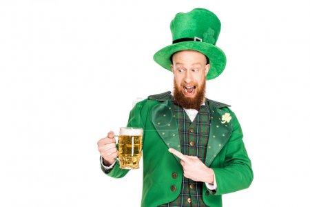 Photo pour Leprechaun pointant vers des verres de bière, isolé sur blanc - image libre de droit