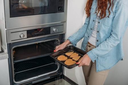 Cropped image de femme tenant des biscuits du four