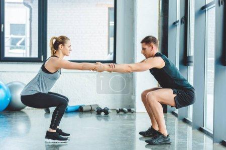 Photo pour Vue latérale caucasien homme / femme, la formation en salle de gym - image libre de droit
