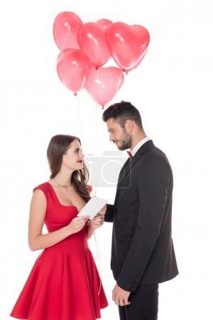Photo pour Copain présentant en forme de ballons et enveloppe à la petite amie de coeur isolé sur blanc, Valentin concept - image libre de droit
