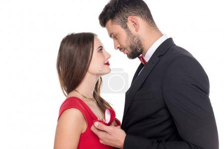 vue latérale du copain propose copine isolée sur blanc