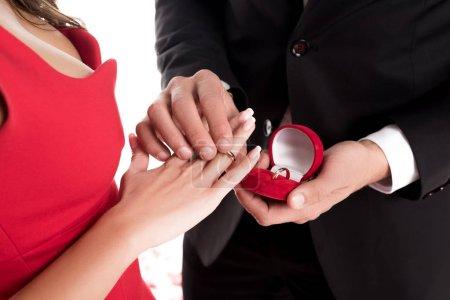 image recadrée de copain portait la bague doigt de copines isolé sur blanc, Valentin concept