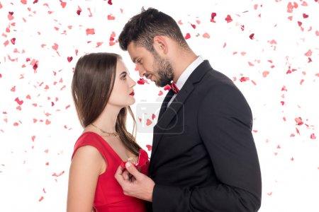 Photo pour Vue latérale du copain propose copine isolé sur blanc, Valentin concept - image libre de droit