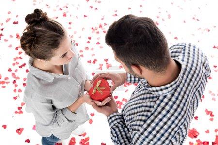 Overhead-Ansicht der Freundin geben Freund Geschenk-Box isoliert auf weißen, Valentinstag Konzept