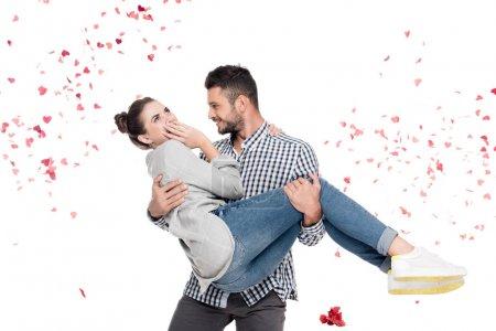 Freund trägt Freundin isoliert auf weißem Valentinstag-Konzept