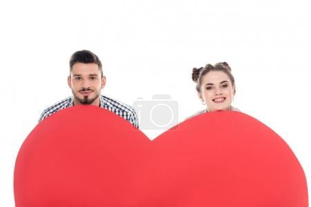 Photo pour Couple souriant à l'affût de grand coeur isolé sur blanc, Valentin concept - image libre de droit