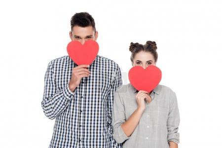 Photo pour Couple couvrant la bouche avec un cœur papier isolé sur blanc, Valentin concept - image libre de droit