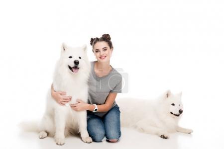 Photo pour Fille souriante assise avec des chiens sur blanc - image libre de droit