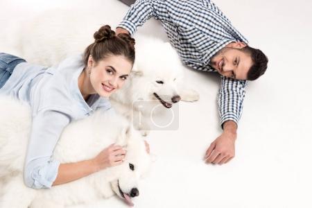 Photo pour Vue aérienne du couple couché avec des chiens sur blanc - image libre de droit