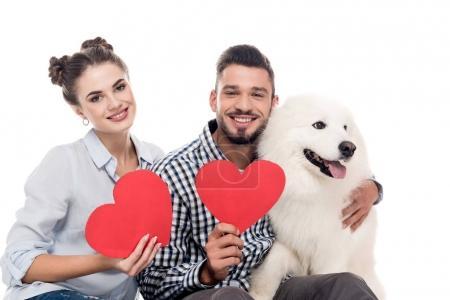Photo pour Couple heureux avec samoyed coeurs de chien et de papier isolé sur blanc, concept de Saint-Valentin - image libre de droit