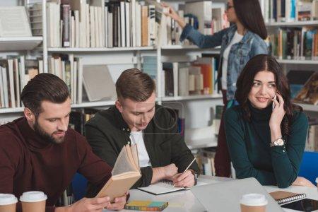 estudiante, hablar por teléfono inteligente en biblioteca