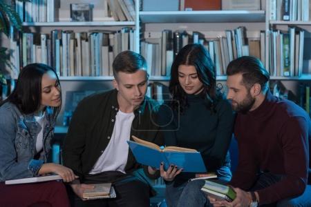 Photo pour Étudiants multiculturels lecture livre et prépare à l'examen - image libre de droit