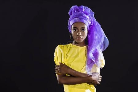 Photo pour Jeune femme afro-américaine dans des vêtements vintage élégant isolé sur noir - image libre de droit