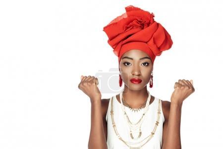 Photo pour Élégante femme afro-américaine isolée dans une enveloppe de tête de fil et accessoires dorés sur blanc - image libre de droit