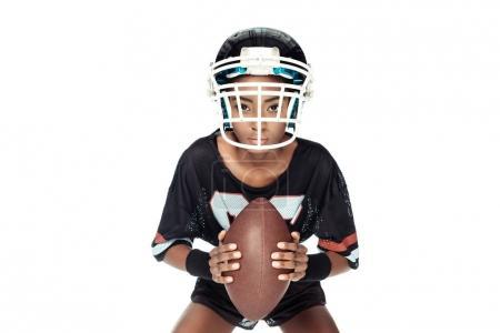 Photo pour Joueuse de football américain avec ballon en regardant la caméra isolé sur blanc - image libre de droit