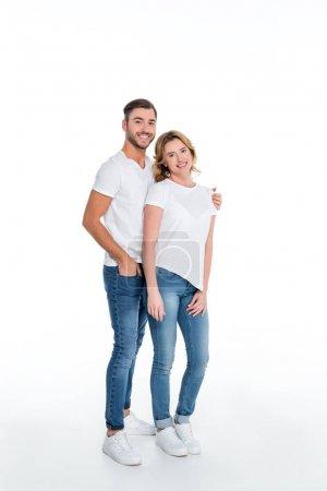 Photo pour Couple en vêtements décontractés étreignant et regardant la caméra, isolé sur blanc - image libre de droit