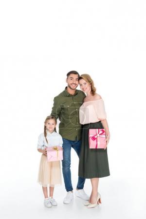 Photo pour Homme souriant étreignant la famille avec des cadeaux isolés sur blanc, concept de journée internationale des femmes - image libre de droit