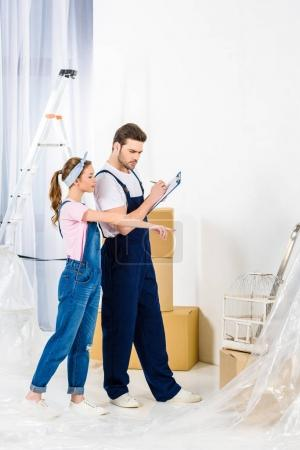 girl pointing on something to relocation service worker