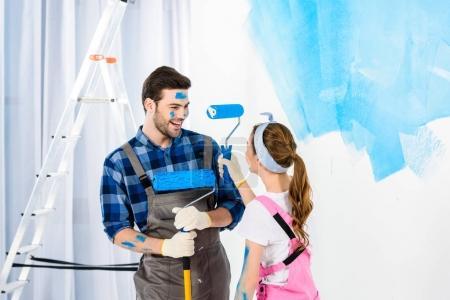 Photo pour Copain et copine s'amuser lors de réparations - image libre de droit