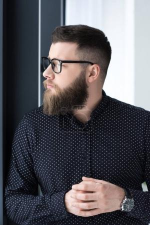 Foto de Retrato del hombre barbudo elegante camisa y gafas mirando lejos - Imagen libre de derechos