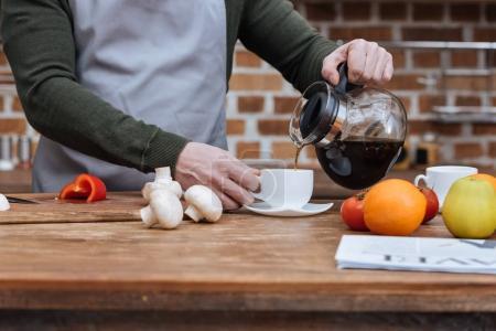 Photo pour Image recadrée de café battante homme en coupe - image libre de droit