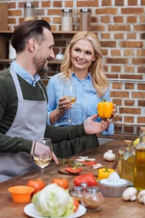 Photo pour Femme donnant de poivron jaune au mari - image libre de droit