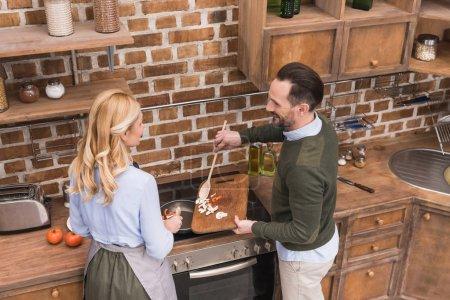 Photo pour Vue aérienne de la femme et du mari de cuisine cuisine - image libre de droit