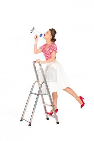 pin up femme avec haut-parleur debout sur l'échelle isolé sur blanc