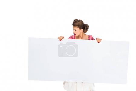 stylische Frau blickt auf leeres Banner in den Händen isoliert auf weiß