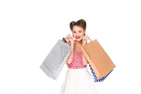 Photo pour Femme souriante dans des vêtements de style rétro avec des sacs à provisions isolés sur blanc - image libre de droit
