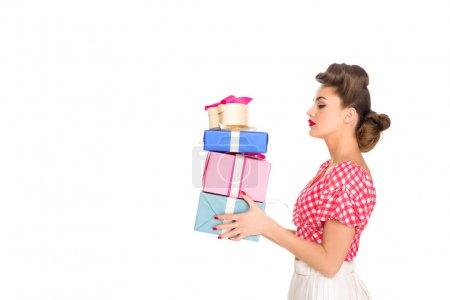 Photo pour Vue latérale d'une belle femme en vêtements rétro jugeant enveloppés présente isolé sur blanc - image libre de droit