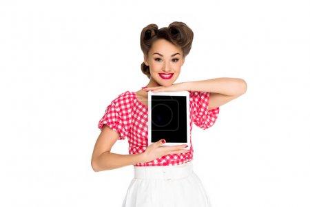 Photo pour Portrait de femme souriante dans la pin up vêtements de style montrant tablet isolé sur blanc - image libre de droit